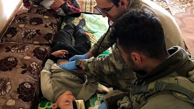 الجنود الأتراك.. يد تدحر الإرهابيين ويد تداوي المدنيين المصابين