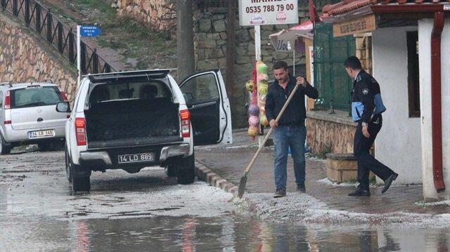 Bolu'nun Mudurnu ilçesinde etkili olan dolu vatandaşlara zor anlar yaşattı.