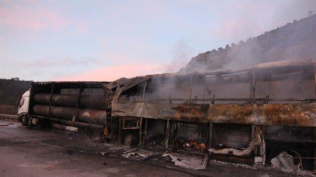 Çorum'da yolcu otobüsünün TIR'a çarpması sonucu kaza meydana geldi ve kazada 6 kişi hayatını kaybetti 19 kişi yaralandı.
