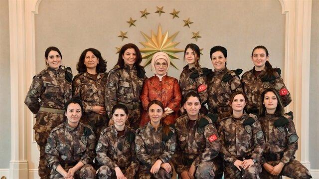 """Emine Erdoğan, polis eşlerinin ve annelerinin de bu mücadeleye omuz veren """"güçlü kadınlar"""" olduğunun altını çizdi."""