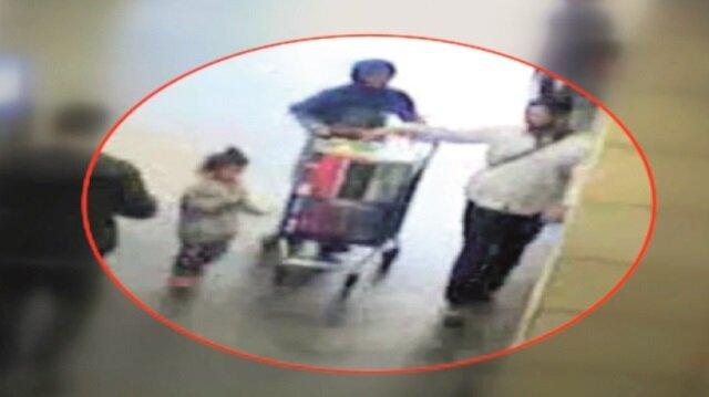 Aile görüntüsü veren şüpheliler alışveriş merkezine bu şekilde giriyor.