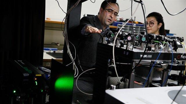 Bu teknoloji ile anahtar olarak kullanılacak bilgiyi ışık parçacıklarının polarizasyonlarına yükleyerek iki kullanıcı arasında dağıtılması sağlanıyor.