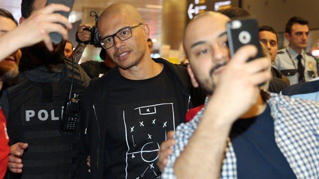 Fenerbahçe'nin efsane yıldızı Alex de Souza, gece saatlerinde İstanbul'a geldi.