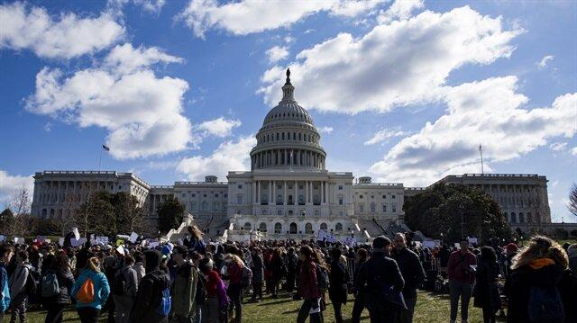Binlerce öğrenci, Donald Trump yönetimi ile ABD Kongresinden 'silah erişiminin kısıtlanması' konusunda yeni yasal düzenleme talebinde bulundu.