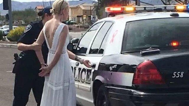 Gelinlikle tutuklanan genç kadının polis aracına bindirilirkenki görüntüleri kameralara böyle yansıdı.