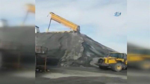 Sultangazi'de mıcır boşaltan kamyon devrilerek yan yattı
