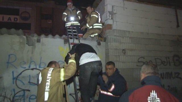 Çatıdan düşen hırsızı itfaiye ekipleri kurtardı.