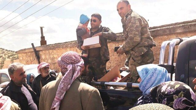 Raco'daki Türkmenler, Afrin'den gelen misafirlerinin her ihtiyacıyla ilgileniyor.