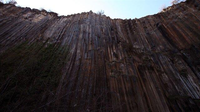 Bazalt kayalıklarının 5 milyon yıl önce oluştuğu tahmin ediliyor.