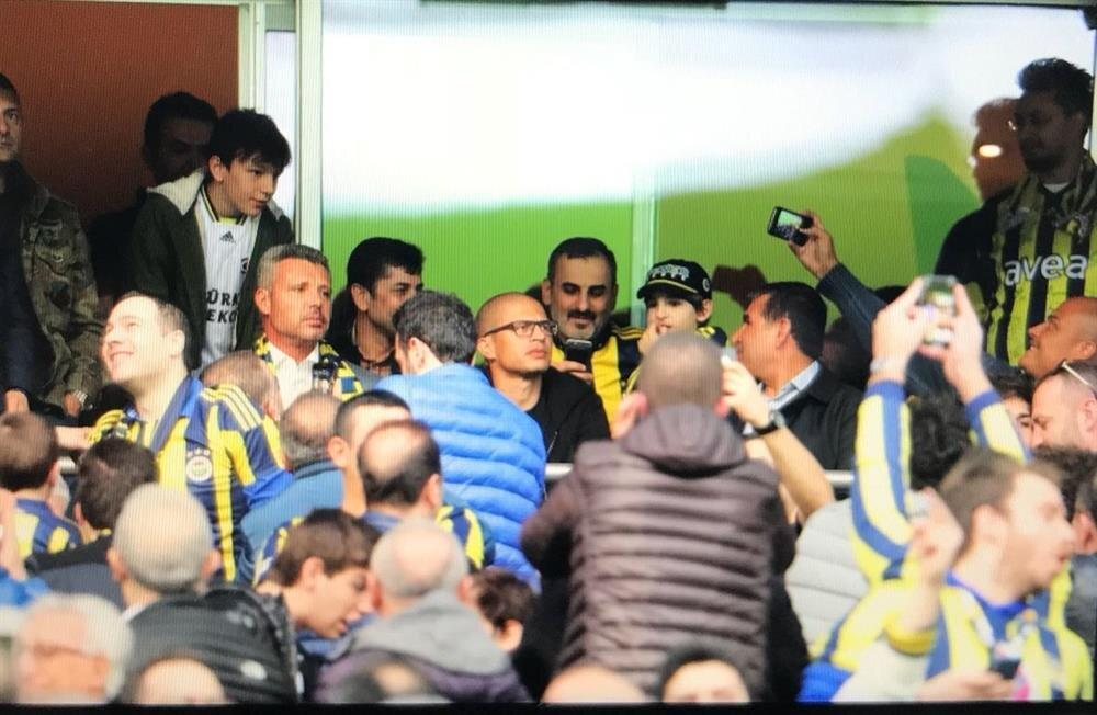 Fenerbahçe'nin eski kaptanı Alex de Souza, Ülker Stadyumu'na eski yönetici Sadettin Saran'la birlikte geldi.