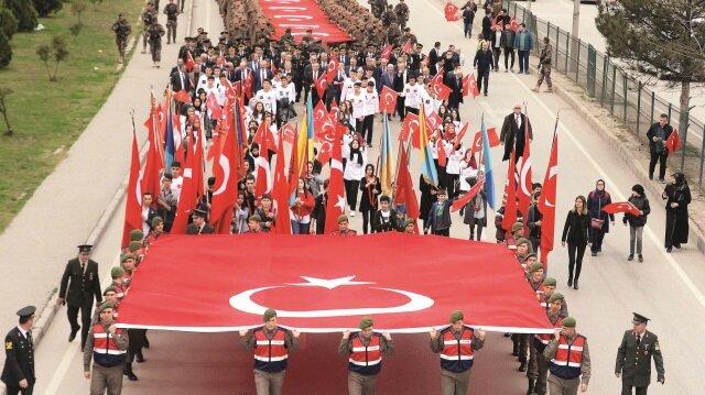 Karabük'te düzenlenen 18 Mart yürüyüşüne birçok asker ve jandarma ile yüzlerce vatandaş katıldı.