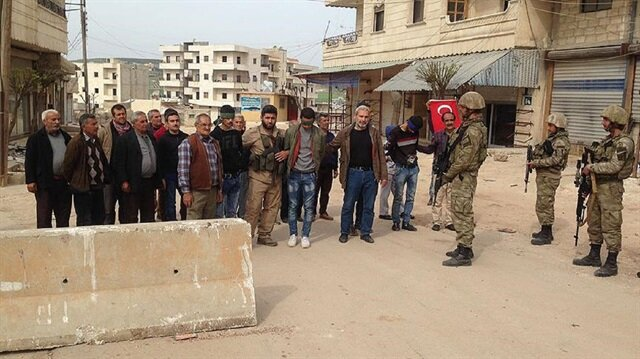 Afrin residents hand over three terrorists to Turkish army