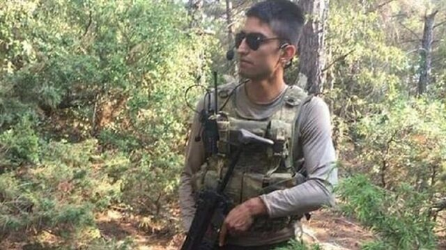 Uzman Çavuş Orhan Sürmen'in bombayla tuzaklanan Kur'an-ı Kerim'i yerden kaldırmak isterken şehit oldu.