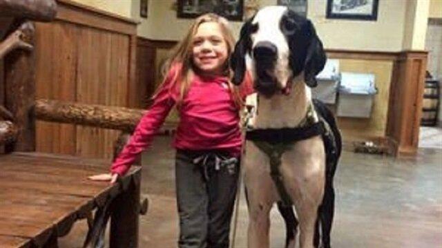 شاهد طفلة مصابة بمرض نادر يمنعها الحركة والمشي.. لكنها أصبحت تركب الدراجة بفضل كلبها