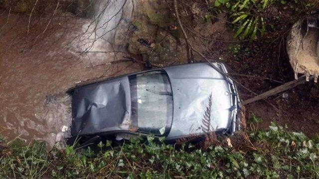 Lüks otomobil köprüden dereye uçtu, kazada 4 kişi yaralandı.