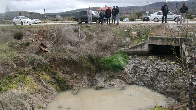 Denizli'de 5 kişinin öldüğü kazada aracın düştüğü gölet çevre köylerden ziyaretçilerin akınına uğradı.