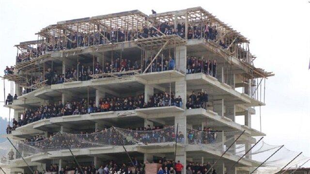 Amatör Lig maçında binalar 'tribün' oldu
