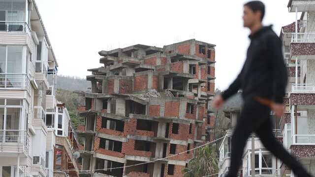 73 daireli 4 apartmanın henüz oturanı bulunmayan birinde hasar oluştu.