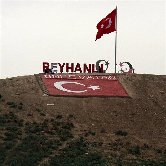 Afrin'in karşısındaki tepeye dev Türk bayrağı asıldı