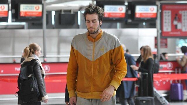 Şanlı yaklaşık 1 aydır ABD'ye gitmek üzere geldiği Atatürk Havalimanı'nda kalıyor.