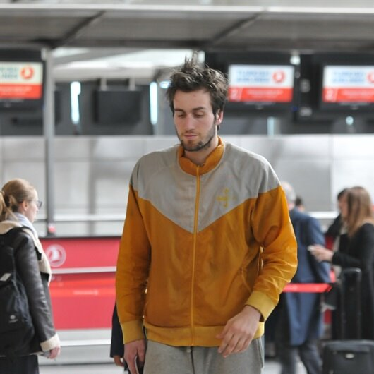 Genç basketbolcu havalimanında yaşıyor
