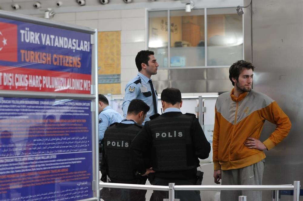ABD'ye gitmek üzere geldiği havalimanında kalan Şanlı, havalimanı çalışanların yardımıyla hayatını sürdürüyor.