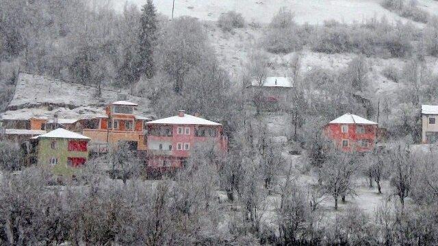 Gümüşhane'nin yüksek kesimlerinde kar yağışı sürprizi yaşandı.