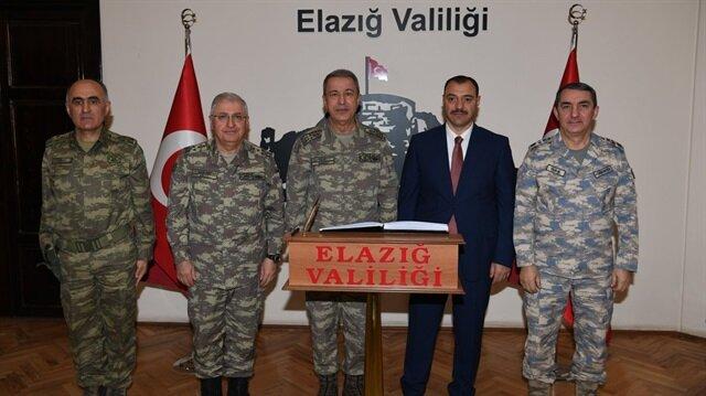 Genelkurmay Başkanı Akar ve bazı kuvvet komutanları Elazığ Valisi'ni makamında ziyaret etti.