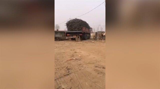 Yük boşaltmada çığır açan kamyon şoförü