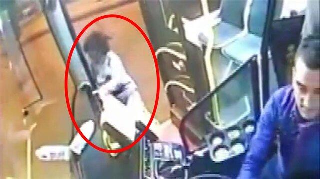 Halk otobüsünden düşen yolcu ölümden döndü! Saniye saniye o an kamerada