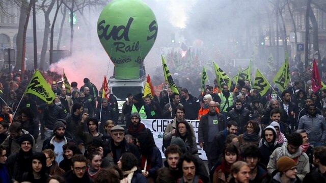 Fransa'daki grev sebebiyle meydana gelen olaylardan ötürü bazı okullar eğitime ara verdiklerini açıkladı.