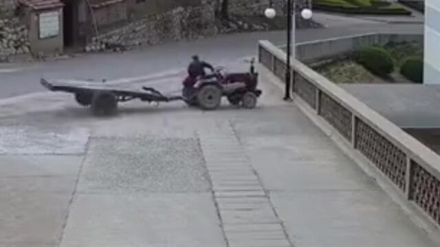 Duvarı yıkan traktör aşağı böyle uçtu