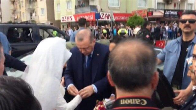 Cumhurbaşkanı Erdoğan yolunu kesen geline bilezik hediye etti
