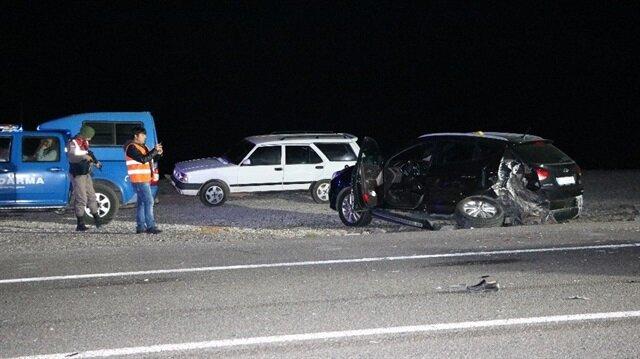 Kaza yapan araçlara başka araç çarptı.