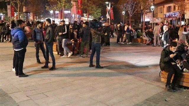Bolu'daki depremin ardından vatandaşlar açık alanlara çıktı.