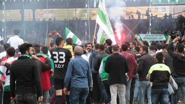 Kırşehirsporlu taraftarlar şampiyonluk sevincini yeşil zeminde yaşadı .