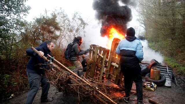 Protestors set debris on fire as French gendarmes continue an evacuation operation in the zoned ZAD (Deferred Development Zone) in Notre-Dame-des-Landes, near Nantes, France, April 9, 2018.