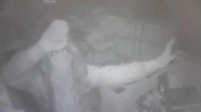 Göbek ata ata soygun yapan hırsız kamerada