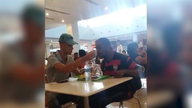 Yemek yerken zorlanan adama yardım eden güzel kalpli çalışan