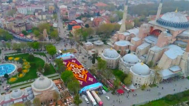 Dünyanın en büyük lale halısı Sultanahmet'te görücüye çıktı