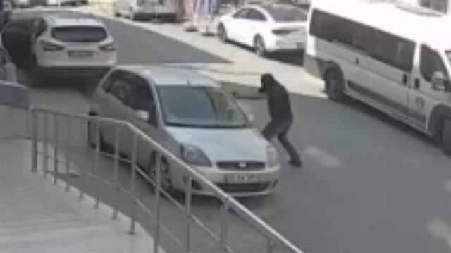 Maskeli saldırgan otomobildeki kişiye kurşun yağdırdı