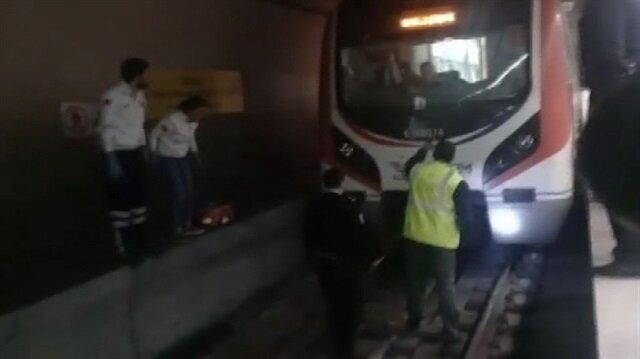 Marmaray'da raylara düşen kadını kurtarma çalışmaları kamerada