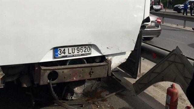 Kartal E-5 Karayolu'nda bir otomobil, tur otobüsüne arkadan çarptı.
