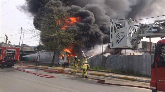 Sancaktepe'deki yangının ardından bölgeye çok sayıda itfaiye ekibi gönderildi.