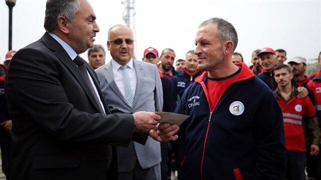 Belediye temizlik görevlisi bir maaş ikramiye ile ödüllendirildi.