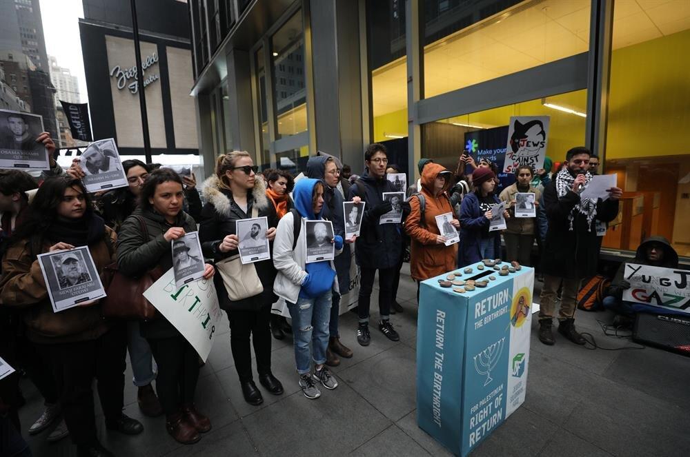 Bir grup protestocu ise Başkan Trump'ın mülteci politikasını eleştirdi.
