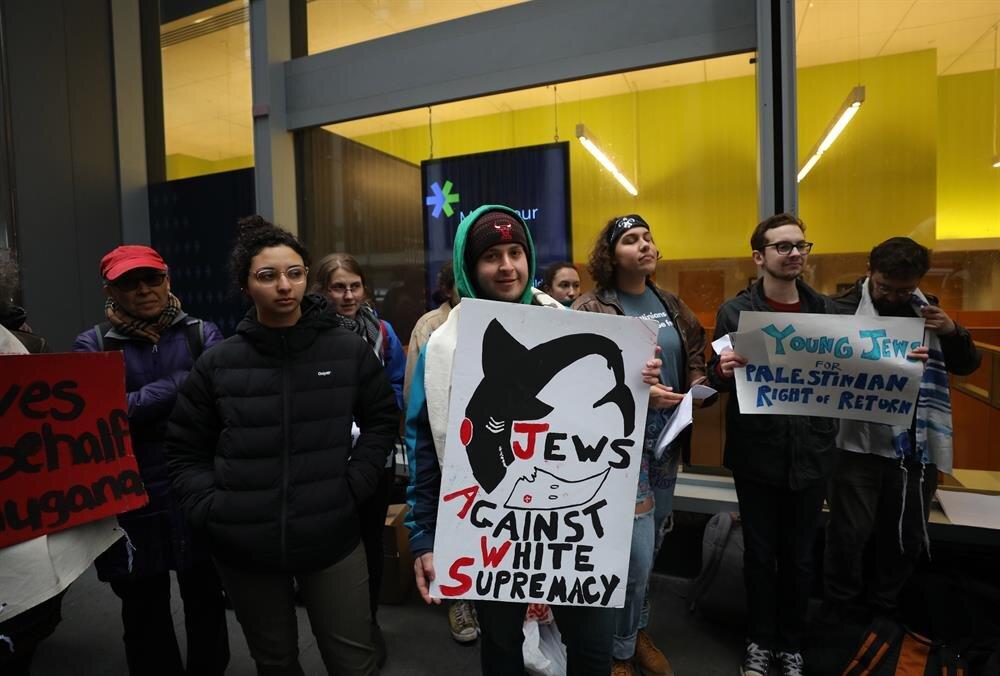 Nükleer silaha karşı da sloganlar atılan gösteriler olaysız sonlandı.