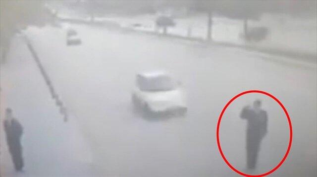 Valiye selam verirken araba çarptı