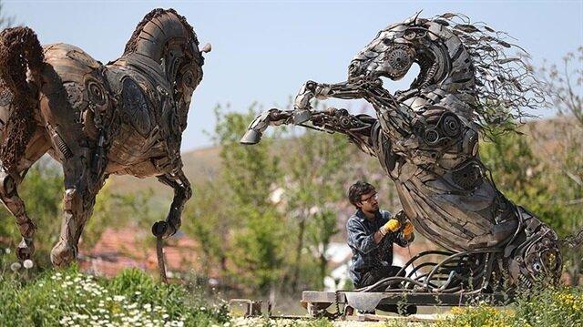 Güzel Sanatlar Fakültesi öğrencisi Özkan'ın, metalden yaptığı atlar sanatseverlerin ilgisini çekiyor.
