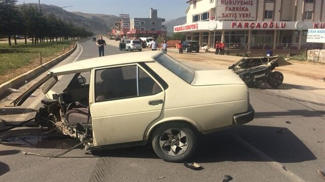 Denizli'deki kazada ikiye bölünen otomobilden sağ çıktılar